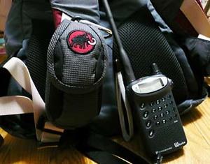 mammutの携帯ケースとアマチュア無線機(トランシーバー)