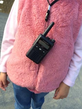 デジタル簡易無線機VXD1を6歳の子どもがクビから掛けるとこんな感じ